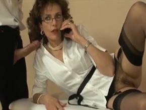 Se relaja haciéndole una mamada a su masajista