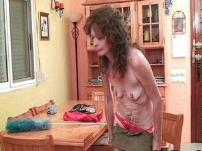 Ama de casa para de limpiar para masturbarse