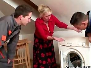 Abuela viciosa tiene un trío con dos técnicos