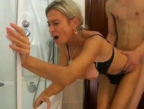 Rusa pija acosa a su hijo en la ducha