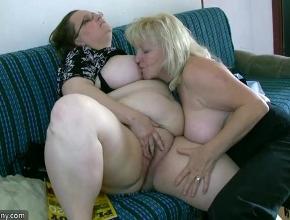 Dos vecinas viejas quedan para tener orgasmos juntas