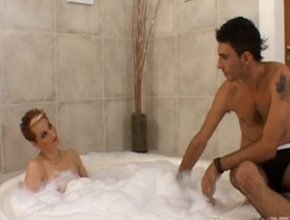 Disfruta de un relajante baño con un joven