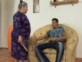 Mi abuela me pilla haciéndome una paja