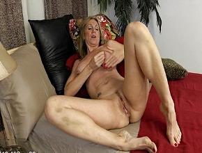 Cincuentona con buen cuerpo se masturba con ganas