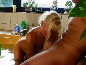 Mete a dos hombres más jóvenes que ella en su bañera