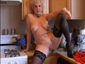 Abuela muy sexy se frota el coño en la cocina