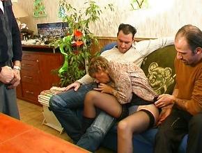Tres amigos acaban follándose a una francesa muy puta