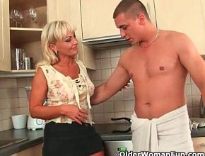Mi mamá me espera en la cocina para follar bien rico