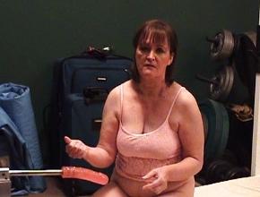 Viuda caliente se masturba con una máquina folladora