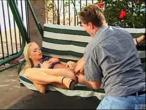 Silvia Saint tiene sexo anal en un columpio