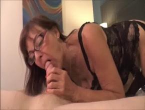 El sexo oral le ayuda a olvidar la ausencia de su marido