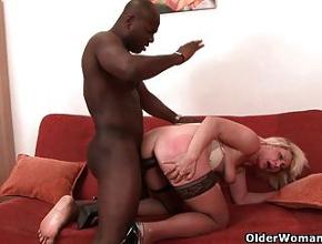 Le pone los cuernos a su esposo con un negro