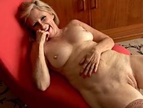 Madura sesentona masturbándose frente a la cámara