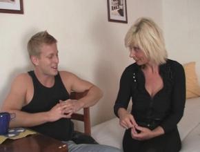 Su joven vecino la ayuda y ella le devuelve el favor con sexo