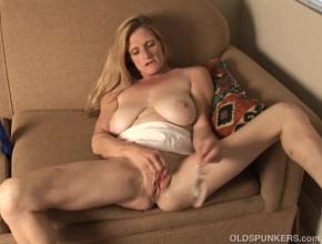 Ama de casa tetona masturbándose por webcam