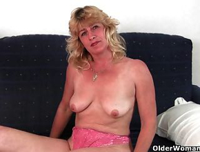 Se pone cómoda en el sofá y se masturba con sus dedos