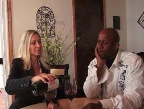 Devon Lee es experta en catar vinos y en pollas negras