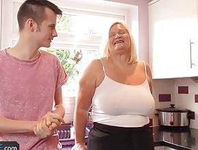 Un joven desconocido entra en su cocina por error