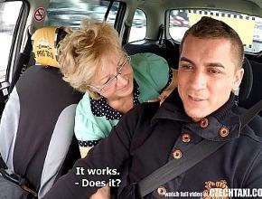 Viuda desesperada por sexo acosa a un joven taxista