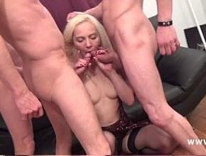 Alicia ha disfrutado de lo lindo follando con tres hombres a la vez