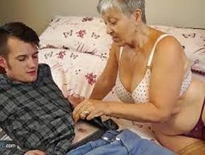 Vieja viciosa le paga a un inocente joven para que le de buen sexo