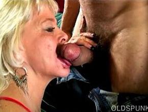 El sexo oral es la mayor pasión de esta cincuentona viciosa