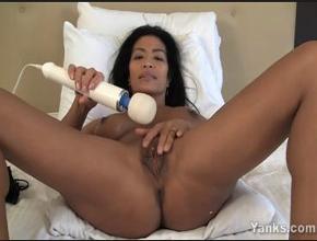 Asiática divorciada y muy golfa estrena su nuevo juguete erótico