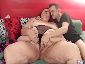 Pelirroja con obesidad mórbida follada por un hombre delgado