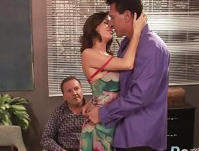 Mujer casada tiene sexo con otro hombre delante de su marido