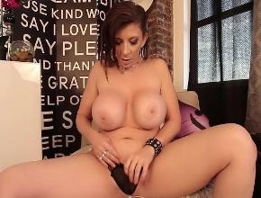 La potente Sara Jay masturbándose con un vibrador