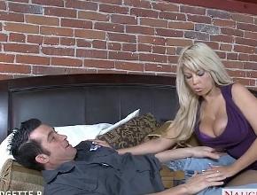 Bridgette B nunca desaprovecha la visita de un hombre a su casa