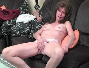 Vieja viciosa se desnuda y se masturba en el salón de su casa