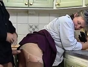 Su marido consigue sorprenderla con una follada en la cocina