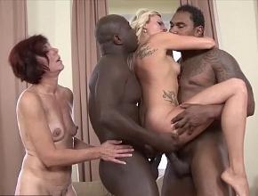 Cuarteto sexual entre dos maduras necesitadas y dos potentes negros
