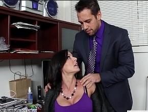 La tetona Kendra Lust recibe la visita inesperada de su jefe