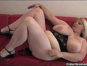 Rubia muy gorda se mete los dedos por su enorme chocho