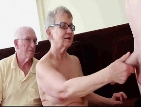 Pareja de ancianos celebran su aniversario con un trío