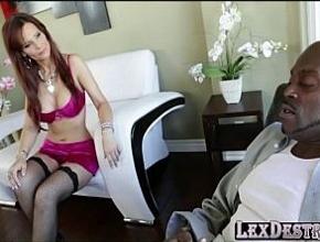 Desde que se quedó viuda solo el sexo anal interracial le da placer