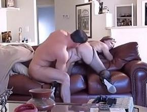Cada día cuando llega del trabajo empotra a su mujer contra el sofá