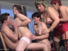 Un grupo de señoras muy necesitadas organizan una fiesta sexual