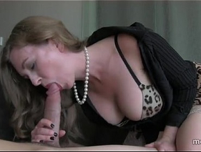 Una madre pija y sexy que solo se relaja haciendo pajas y mamadas