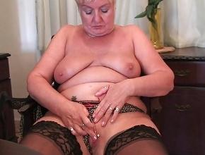 Cuando está sola aprovecha para tener orgasmos con su dildo