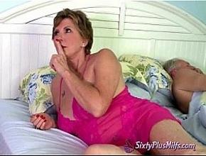Casada infiel folla con su hijastro mientras su marido está dormido