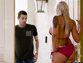 Le abre la puerta a su vecino vestida con un bikini muy sexy
