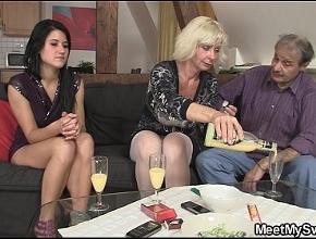 Se pasan con el vino y terminan haciendo un trío muy caliente