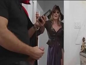La noche de halloween pilló al novio de su hija haciéndose una paja