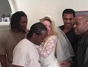 Justo antes de su boda se da un homenaje sexual con cuatro negros