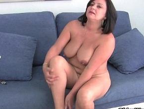 Su marido la graba mientras ella se desnuda y se mete varios dedos