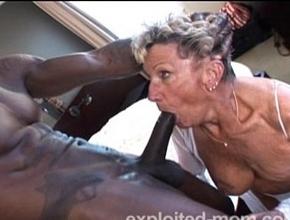 Vieja de ochenta años follando con un negro pollón