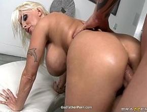 A la maciza Holly Halston le gusta follar por el culo